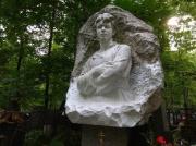 Вандалы закрасили памятник Есенина на Ваганьковском кладбище